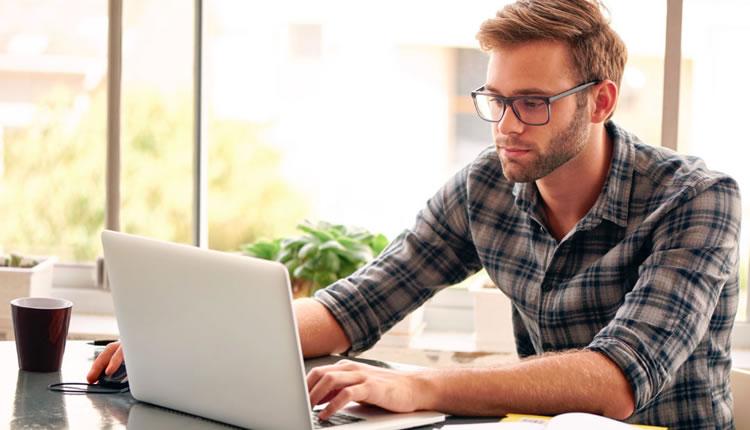 Avocat lucreaza la laptop